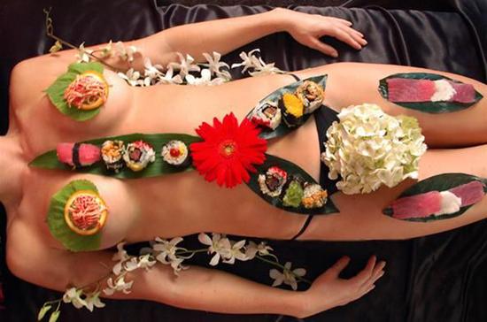 nghe-thuat-an-sushi-tren-nguoi-trinh-nu-o-nhat-1
