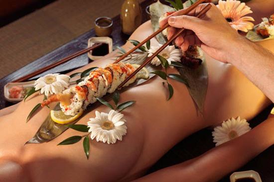 nghe-thuat-an-sushi-tren-nguoi-trinh-nu-o-nhat-3