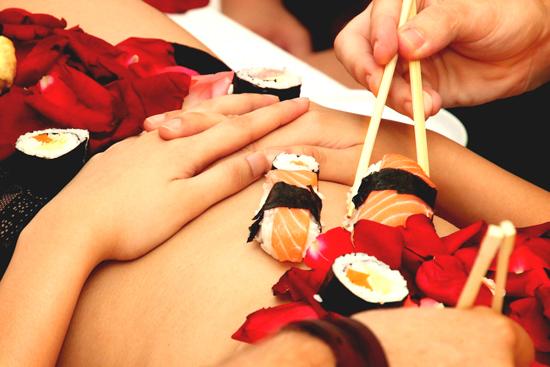 nghe-thuat-an-sushi-tren-nguoi-trinh-nu-o-nhat-4