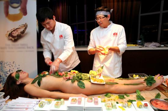 Nyotaimori truyền thống còn yêu cầu người mẫu không được tỏ ra cảm xúc, không được nói chuyện với khách để đảm bảo người ăn không bị phân tán, tận hưởng cảm xúc trọn vẹn từ đồ ăn mang lại. Tất cả các kỹ năng này đều phải qua rèn luyện mới có thể thành công.