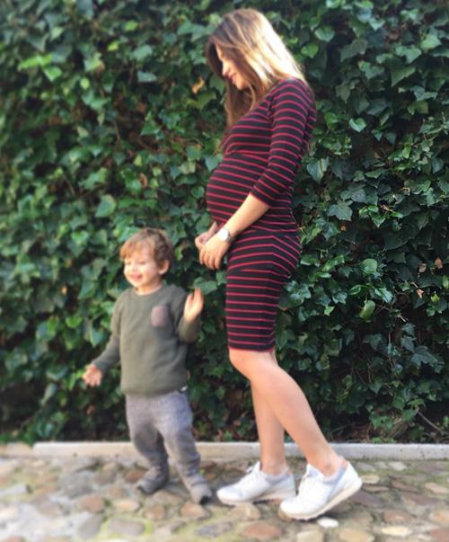 Nữ phóng viên xinh đẹp đang mang bầu em bé thứ hai