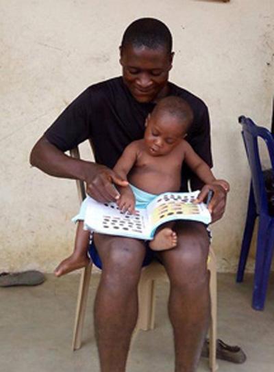 Hope trong vòng tay một tình nguyện viên của Quỹ từ thiện Giáo dục và Phát triển trẻ em châu Phi (ACAEDF). Ảnh: Facebook Anja Ringgren Lovén