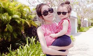 Elly Trần và con gái mặc đồng điệu khi đi dạo