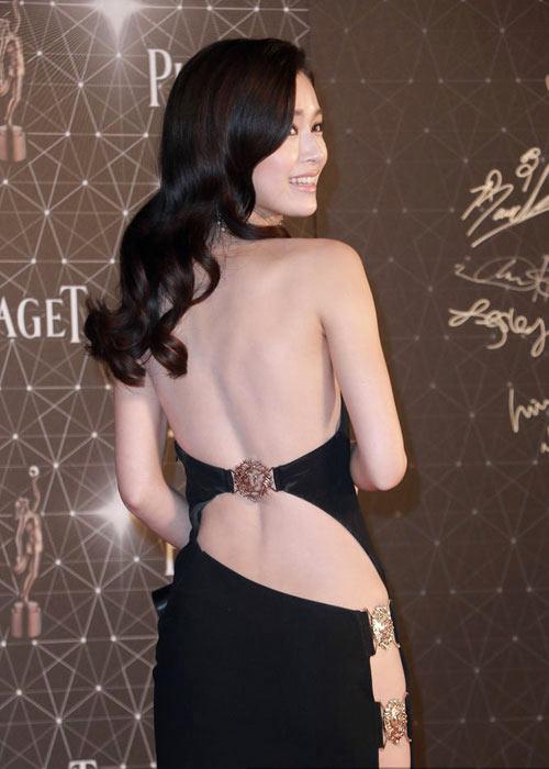 ngoc-trinh-dep-lan-at-my-nhan-hong-kong-khi-dung-vay-2
