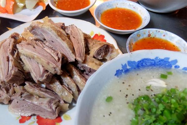 Cháo vịt bán trước vỉa hè số 132b Lê Lợi, thích hợp với các bữa ăn khuya.