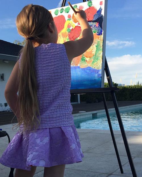 Cô nhóc Harper tập vẽ tranh.