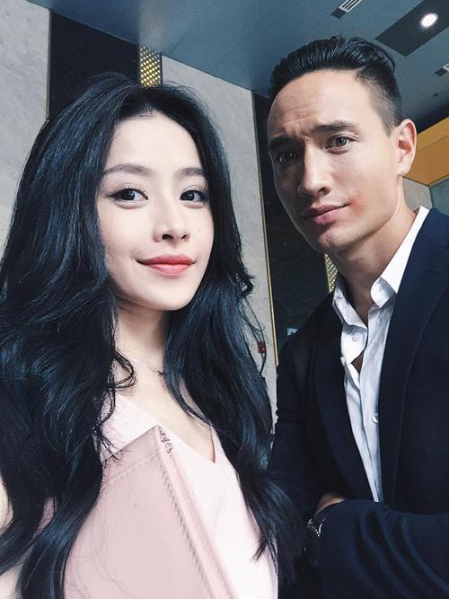 """Chi Pu hội ngộ cùng Kim Lý trong một sự kiện, cô viết: """"Hương Ga nhỏ tái ngộ với người tình của Hương Ga lớn trong bộ phim """"Không phải Hương Ga""""."""