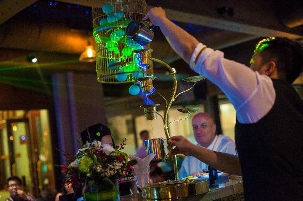Những màn biểu diễn pha chế cocktail đầy ấn tượng.