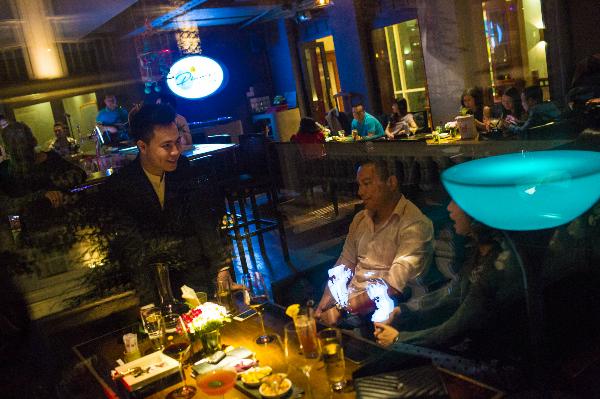 &Và nụ cười thân thiện đã làm nên nét đặc trưng của La Plume Bar & Lounge.