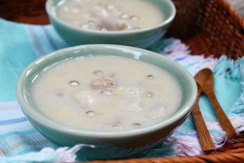 Khoai sọ bùi bùi, được nấu cùng với đỗ xanh ngọt mát, thỉnh thoảng ăn lẫn vài viên trân châu ăn dai dai rất lạ miệng.