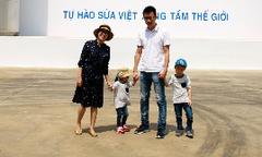 Gia đình 'Ốc' Thanh Vân tìm hiểu quy trình làm sữa