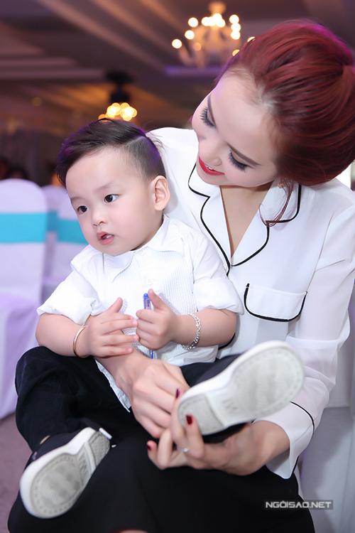 diem-huong-lai-xe-cho-con-trai-di-su-kien-6