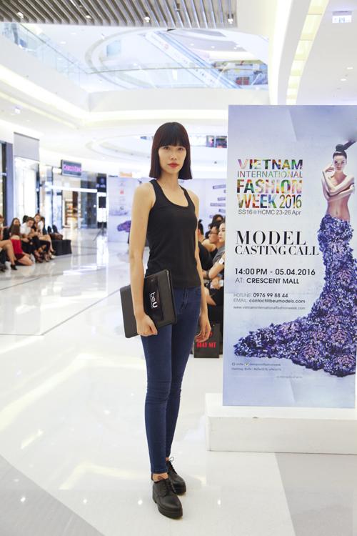 Kim Phương ăn mặc giản dị khi đi casting.