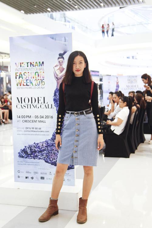 Phan Linh trẻ trung cùng váy jean cài nút phối cùng áo thun cổ cao.