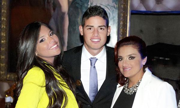 James Rodriguez bên mẹ và em gái.
