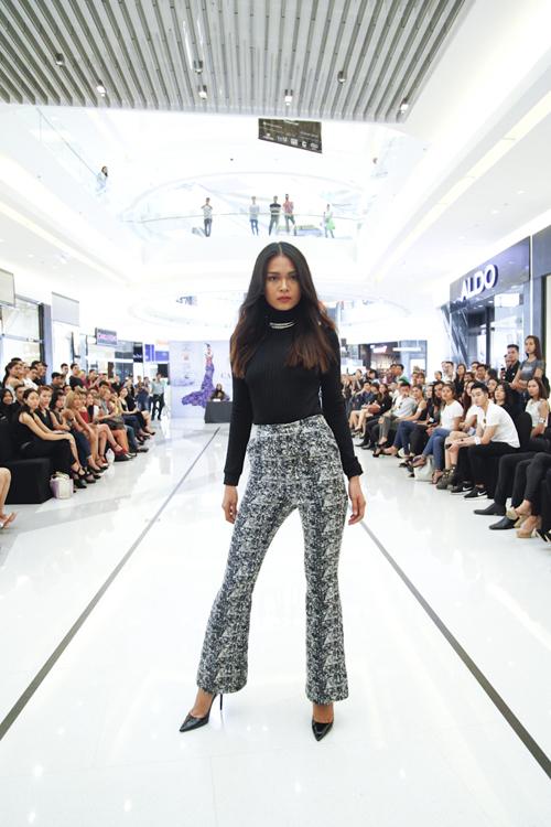 Mâu Thủy chọn trang phục gợi cảm theo phong cách cổ điển với quần ống loe hợp mốt khi tham gia tuyển chọn người mẫu trẻ.