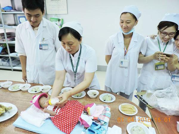 BV Sản Nhi Cà Mau đang chăm sóc một bé gái một tháng tuổi không có người đến nhận. Các bác sĩ cho biết, bệnh nhi nhập viện ngày 3/3 với tình trạng sức khỏe yếu nhưng nay đã bình phục, khỏe mạnh, bú tốt. Bé được đưa đến viện với bố mẹ nhưng hai người sau đó đã biến mất, các bác sĩ không thể liên lạc được dù đã cố gắng dùng mọi biện pháp. Ngày 1/4, các y bác sĩ đã tổ chức cúng đầy tháng cho bé và vẫn tha thiết mong bố mẹ cháu bé quay lại nhận con mình.