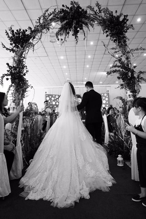 Sau khi cùng gia đình và bạn bè lên Sài Gòn rước dâu vào buổi sáng sớm (12/4), trưa nay, Lương Thế Thành và Thúy Diễm đã có mặt tại quê nhà chú rể tại thị trấn Cai Lậy, tỉnh An Giang để cử hành hôn lễ.