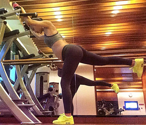 ba-bau-khoe-than-hinh-sexy-trong-phong-tap-gym-9