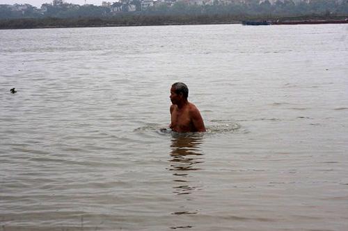 Hằng ngày ông Thành vẫn ngâm mình gần 1 tiếng đồng hồ dưới dòng sông Hồng