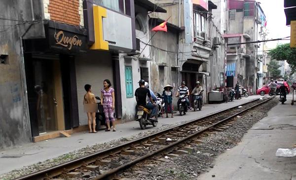 Cháu Việt bị mẹ bắt cởi trần truồng đi từ ngõ ra đường.