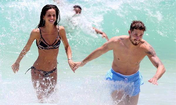 Cặp đôi quấn quýt trong kỳ nghỉ ở Brazil cuối năm ngoái.