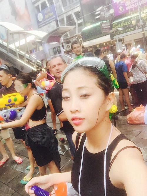 """Sang cùng Phan Lê Ái Phương và Khả Như, MC Liêu Hà Trinh có mặt ở Bangkok từ chiều 13/4, tranh thủ dạo phốm shopping và ăn hàng trước khi cùng đồng đội """"quyết chiến""""."""