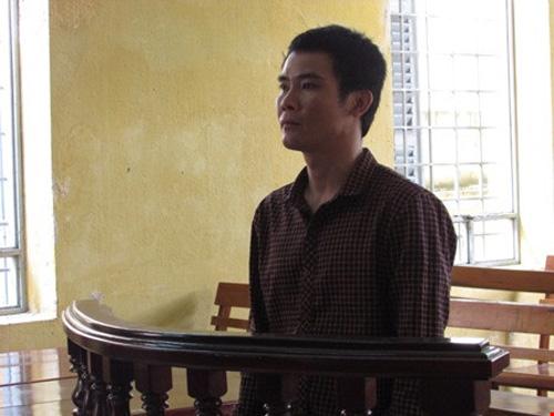 Bị cáo Dương Hoàng Giang nghe tòa tuyên án ngày 15-4. Ảnh: N.NAM.