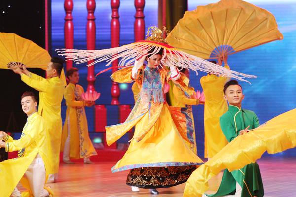 Tiết mục được đầu tư và dàn dựng công phu về cả dàn vũ công hỗ trợ, đạo cụ và trang phục. Ở phần cuối, Khánh My khiến nhiều khán giả bất ngờ khi hoá cô đồng xinh đẹp trong một giá chầu.