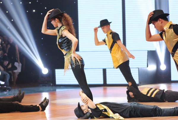 Ở phần dự thi thứ hai trong đêm chung kết 'Bước nhảy hoàn vũ 2016', Jennifer Phạm lại xuất hiện với hình tượng của Michael Jackson. 'Bà mẹ hai con' sexy và cuốn hút trong từng bước di chuyể của điệu Cha Cha và những điệu nhảy quen thuộc của 'ông hoàng nhạc Pop'.
