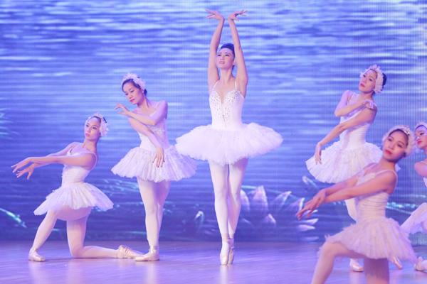 Khánh My hóa nàng thiên nga trong vở ballet nổi tiếng 'Hồ thiên nga' trong tiết mục dự thi thứ hai. Chỉ trong vòng một tuần lễ, cô đã tập luyện chăm chỉ để có thể múa trên đôi giày mũi cứng mà các vũ công chuyên nghiệp mất hàng năm trời mới làm được thành thục.