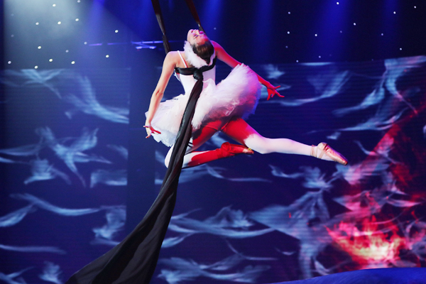 Nói về tiết mục kéo dài 7 phút, giám khảo Hồng Việt cho rằng, nó đong đầy cảm xúc và truyền tải được thông điệp rõ của tác phẩm ballet kinh điển. Điều khiến vị giám khảo khâm phục Khánh My là việc cô có thể múa trên đôi giày mũi cứng chỉ trong vòng một tuần lễ. Cách đây ít ngày, người đẹp bị gãy xương sườn số 9 vì tập quá sức, nhưng tối nay, cô lại múa rất uyển chuyển như không hề bị chấn thương.
