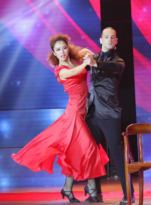 Mở màn đêm thi, Jennifer Phạm và Daniel thể hiện bài thi mang phong cách Tango Argentina và Tango do Chí Anh và Daniel biên đạo.