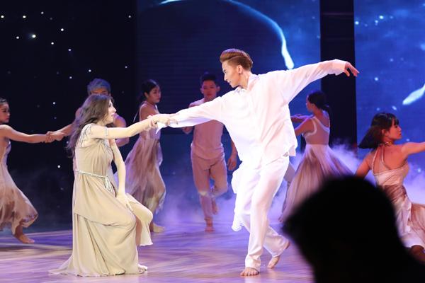 ST là thí sinh thứ hai trình diễn với tác phẩm 'Cát bụi' do John Huy Trần và Chí Anh biên đạo. Bài nhảy kết hợp Rumba với múa đương đại và Waltz.