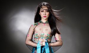 Linh Nga sexy với áo dài xuyên thấu