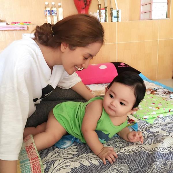 """Khánh Thi ở nhà chăm sóc Kubi bị ốm: """"Mẹ ở nhà chăm Kubi bị ốm!Thương con nhất nè""""."""