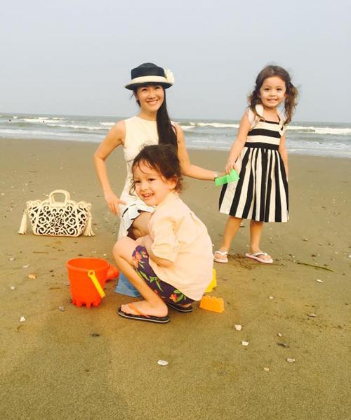 """Ba mẹ con Hồng Nhung vui vẻ chơi đùa bên bờ biển: """"Hai ngày với biển và trời, không ai muốn rời cả""""."""