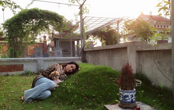 """Thanh Lam nằm bên mộ cha: """"Dành tăng cho cha tình yêu vẫn còn vẹn nguyên""""."""