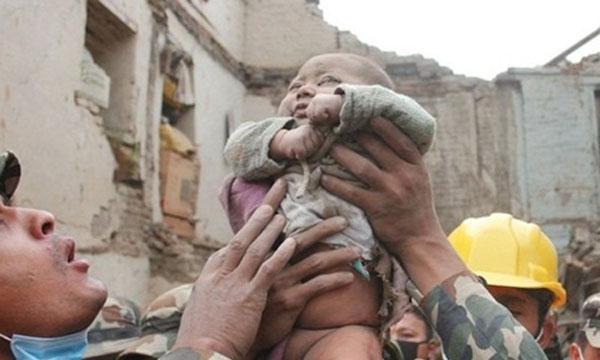 Bé Sonies, 5 tháng tuổi, được lực lượng cứu hộ giải thoát từ đống đổ nát, 22 tiếng sau trận động đất. Ảnh: CNN