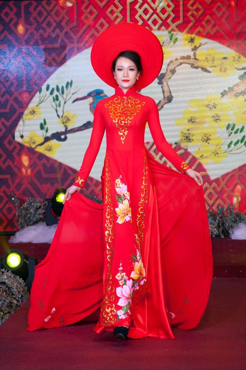 sac-do-vang-sang-trong-tren-ao-dai-cuoi-uyen-uong-1