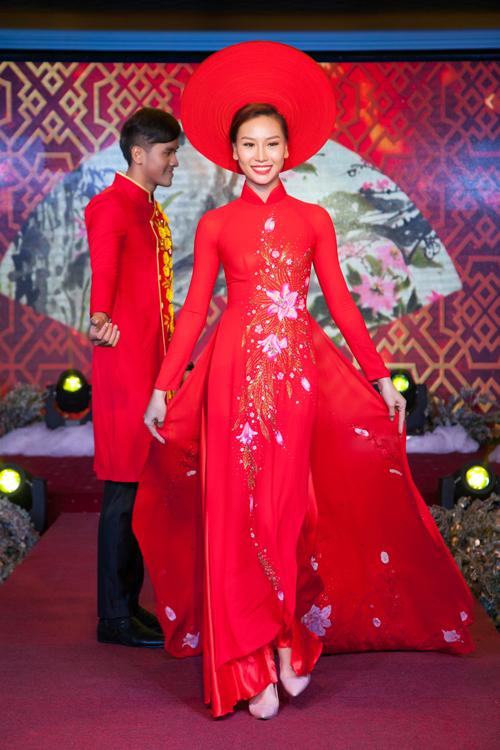 sac-do-vang-sang-trong-tren-ao-dai-cuoi-uyen-uong-3