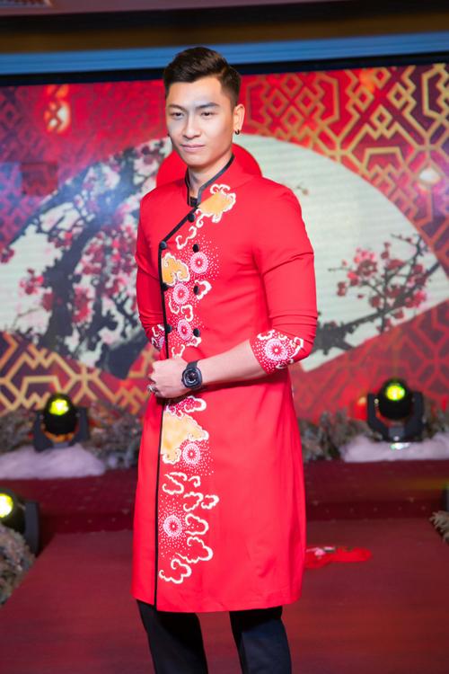 sac-do-vang-sang-trong-tren-ao-dai-cuoi-uyen-uong-7