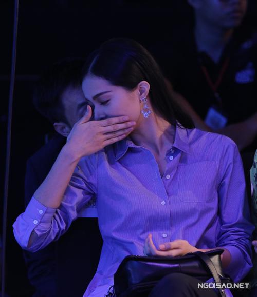 Nữ diễn viên tỏ ra ý tứ khi trò chuyện cùng bạn trai trong show diễn.