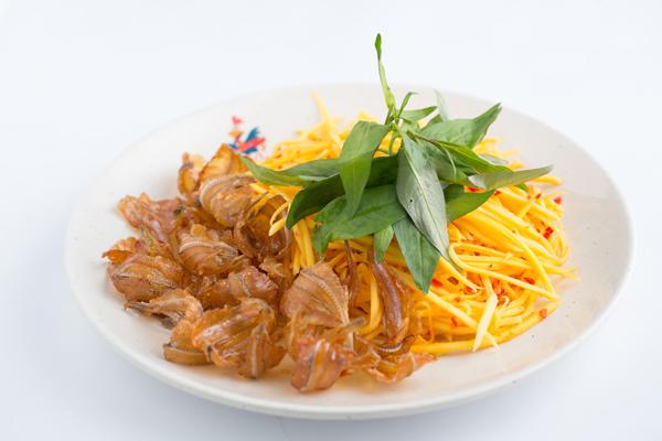 Gỏi (hay còn gọi là nộm) từ lâu là một món ăn quen thuộc với người Việt, món gỏi xuất hiện thường xuyên trong các bữa ăn gia đình, trên mâm cỗ và là một món ăn vặt không thể thiếu của những tín đồ sành ăn. Thực đơn gỏi luôn đa dạng, phong phú với nhiều biến tấu nhưng tựu chung lại, nó mang một hương vị chung của ẩm thực Đông Nam Á. Ngoài Việt Nam, món gỏi là một món ăn rất phổ biến tại các quốc gia khác như Lào, Indonesia, Thái Lan...