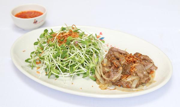 Vừa là món ăn chính, vùa là món ăn chơi, chính vì thế mà menu 9 món gỏi hương vị Khmer giữa lòng Sài Gòn không những nhận được sự đón nhận của thực khách mà còn khiến các sao Việt mê mẩn.