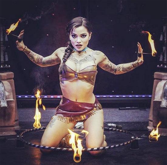 Trên Instagram, bạn gái sao trẻ Crystal Palace tự nhận mình là vũ công chuyên nghiệp, vũ công múa vòng lửa.