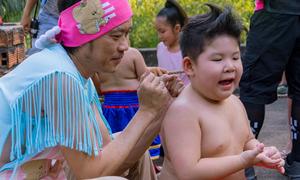 Hoài Linh đấm lưng cậu bé võ sĩ béo mũm mĩm