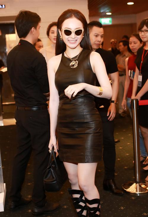 Tối 23/4, Angela Phương Trinh giúp mình nổi bật trong buổi khai mạc 'Tuần lễ thời trang quốc tế Việt Nam' 2016 với trang phục đen vô cùng cá tính.
