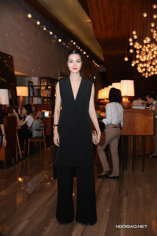 Hoa hậu Thuỳ Dung thanh lịch cùng suit đen hợp mốt.