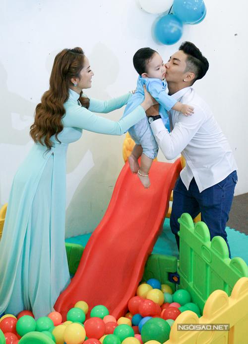 con-trai-khanh-thi-phan-hien-gay-chu-y-tai-su-kien-4